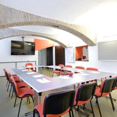trainCo_Seminarraum_Zugang zur Küche_leer